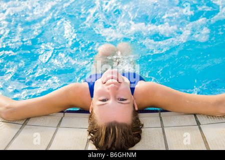 Porträt der jungen Frau im Schwimmbad Rückansicht - Stockfoto