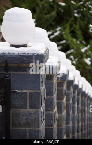 Schnee bedeckt Weißglas Globus Lichter Steinzaun Säulen Queen Anne Hill Seattle Washington - Stockfoto