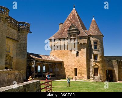 Wachhaus im Hof am Chateau de Biron, Dordogne, Frankreich, Europa - Stockfoto