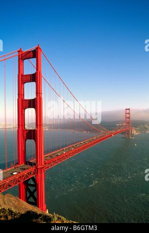 Golden Gate Bridge, San Francisco, Kalifornien, USA - Skyline der Stadt in Ferne, Orange Hängebrücken - Stockfoto