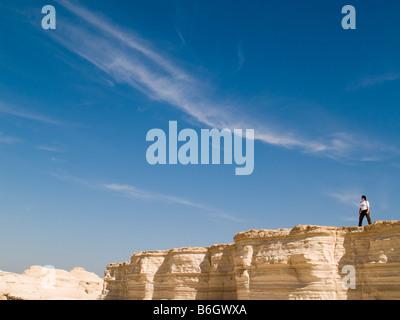 Israel-Berge Masada weiß befindet sich im Süden des Toten Meeres Judäa Wüste Frauen auf der Klippe am Rande - Stockfoto