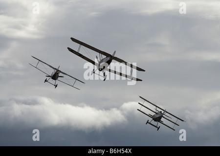 Deutsche Fokker Dr 1 WWI Kämpfer Dreidecker und Sopwith Camel Doppeldecker - Stockfoto