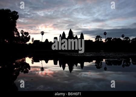 Schwarze Gestalt des Angkor Wat Tempel, die vor dem Sonnenaufgang mit klar, blauer Himmel und Wolken spiegeln sich - Stockfoto