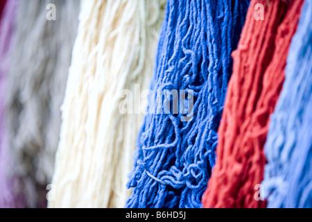 Rote, weiße und blaue Wolle Garne. - Stockfoto
