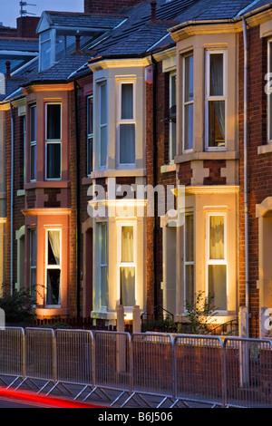 Reihenhaus im Stil der 1930er Jahre auf Belgrave Crescent gegenüberliegenden Gehäuse Ridley Park in Blyth, beleuchtet für die Blyth im neuen Licht 2008 Stockfoto