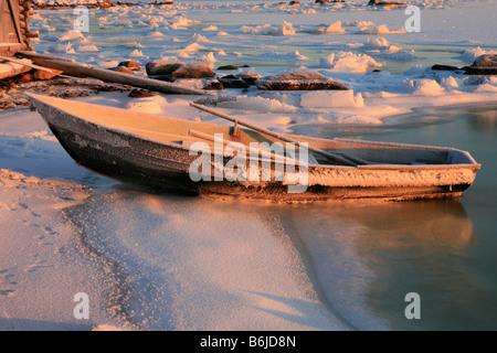 Gefroren, Angelboot/Fischerboot am Ufer des Weißen Meers in Chupa, Karelien, Russland - Stockfoto