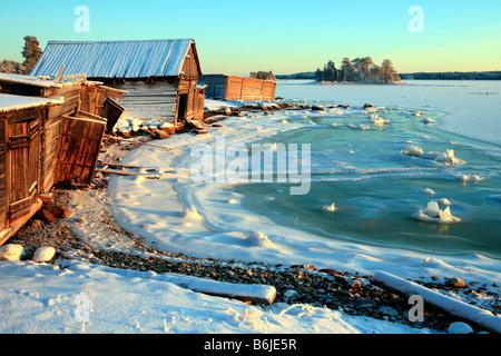 Kleines ruhiges Fischerdorf am Ufer des Weißen Meers in Karelien, Russland - Stockfoto
