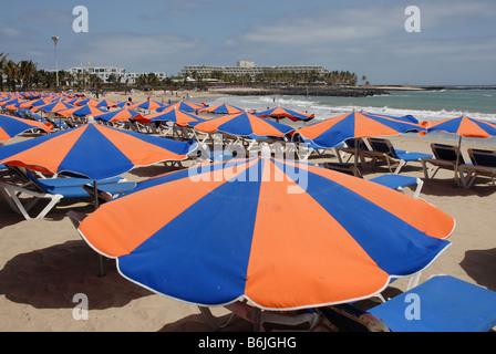 Sonnenschirme am Playa de Las Cucharas Costa Teguise Lanzarote - Stockfoto