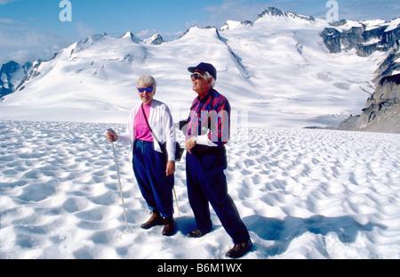 Paar Wandern mit Skistöcke auf Malloy Gletscher in die Bugaboos, Purcell Range, British Columbia, Kanada - Stockfoto