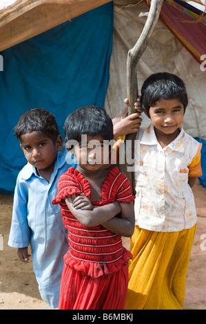 Glückliche armen indischen Kinder draußen, ihr Zelt nach Hause. Andhra Pradesh, Indien - Stockfoto