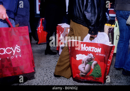 Weihnachts-Shopping New York Stadtmenschen Einkaufstaschen vor Kaufhaus Macy's USA - Stockfoto