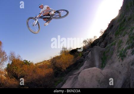 Mountain Biker Schmutz springen, Huntington Beach, Kalifornien - Stockfoto