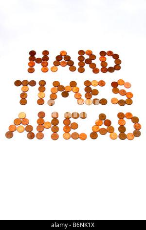 """Konzept der Worte """"Harte Zeiten voraus"""" in ein paar Cent auf weißem Hintergrund als Symbol für magere Zeiten dargelegt - Stockfoto"""