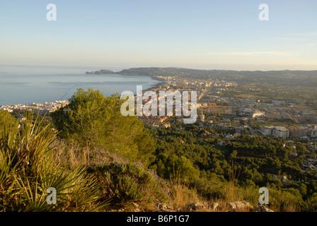 Blick von La Plana über die Bucht nach Cap Prim, Javea / Xabia, Provinz Alicante, Comunidad Valenciana, Spanien - Stockfoto