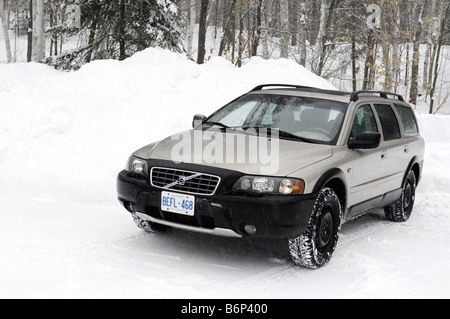 Volvo XC70 Kombi in der Winterlandschaft - Stockfoto