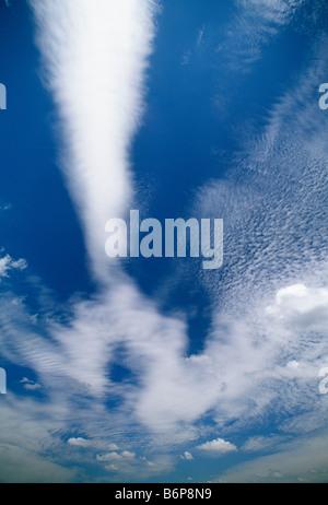 Dramatische Wolken vor blauem Himmel - Stockfoto