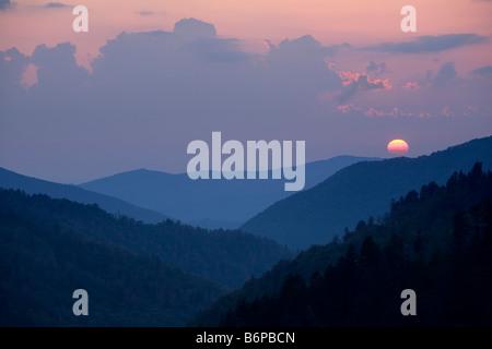 Die Sonne beleuchtet die Blue Ridge Mountains im Great Smoky Mountain National Park bei Sonnenuntergang an der Newfound - Stockfoto