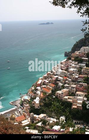 Positano von einem Höhenweg an der Amalfi-Küste-Italien - Stockfoto