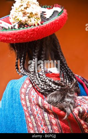 Rückansicht des jungen peruanischer Quechua-Frau Mädchen trägt einen traditionellen Hut oder Montera mit Zöpfen - Stockfoto