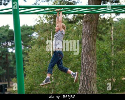 Klettergerüst Zum Aufhängen : Kleines mädchen hängen an einem klettergerüst stockfoto bild