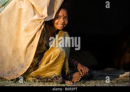 Arme nomadischen indische Mädchen sitzen in ihrem Zelt zu Hause in der ländlichen indische Gegend. Andhra Pradesh, - Stockfoto