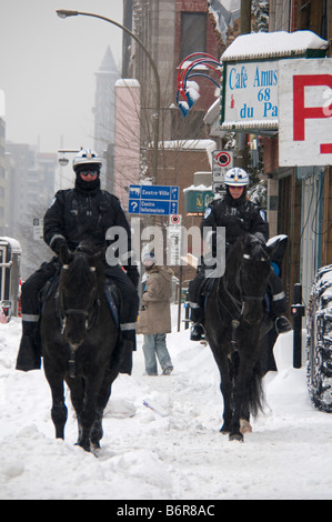 Polizisten patrouillieren auf Pferde in Park Avenue Montreal Kanada - Stockfoto