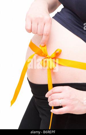 Schwangere Frau mit orange Bogen - Stockfoto