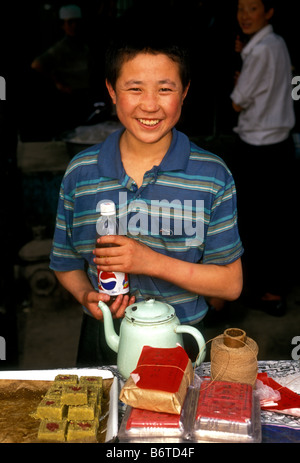 1, 1, Chinese, Chinesisch, Junge, Hersteller, Verkauf von Süßigkeiten, Markt, Augenkontakt, Vorderansicht, Porträt, - Stockfoto