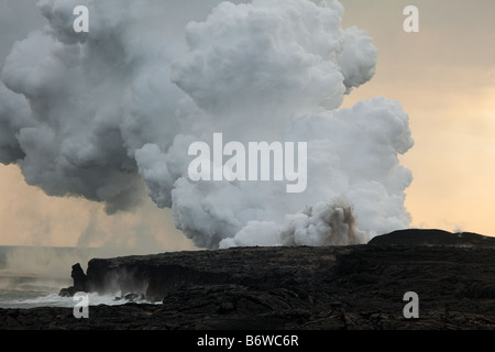Dampfwolke und Vulkanausbruch in Kalapana, Big Island, Hawaii, USA - Stockfoto