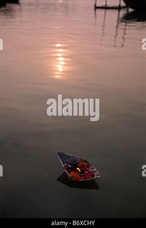 Sangam, schwebende Angebote am Zusammenfluss der Flüsse Ganges und Yamuna, Allahabad, Uttar Pradesh, Indien - Stockfoto