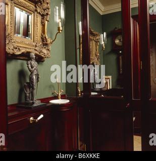 Garderobe Mit Spiegel über Dem Becken Eingelassen 19