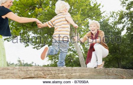 Sohn, die laufen, um seine Mutter zu umarmen - Stockfoto