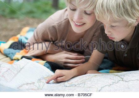 Mutter und Sohn Blick auf Karte - Stockfoto