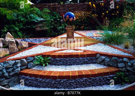 Schaugarten Sie mit Stern geformte Terrasse und Globus-Skulptur - Stockfoto