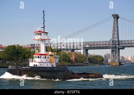 Schlepper auf den East River in New York City New York USA - Stockfoto