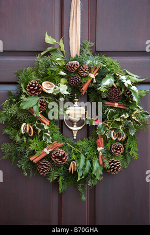 weihnachtskranz an eingangst r eines hauses stockfoto bild 59687998 alamy. Black Bedroom Furniture Sets. Home Design Ideas