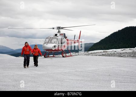 Helikopter-Tour-Führer Fuß vom Hubschrauber auf Mendenhall-Gletscher in der Nähe von Juneau, Alaska - Stockfoto