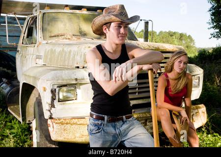 Junges Paar mit Cowboy-hüten vor der alten LKW - Stockfoto