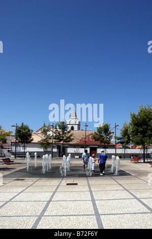 Touristen genießen den Brunnen in Jardim do Mar Stockfoto