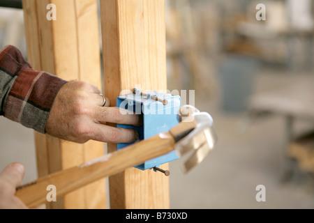 Einbau der Steckdose, Hände von Elektriker installieren Kunststoff ...