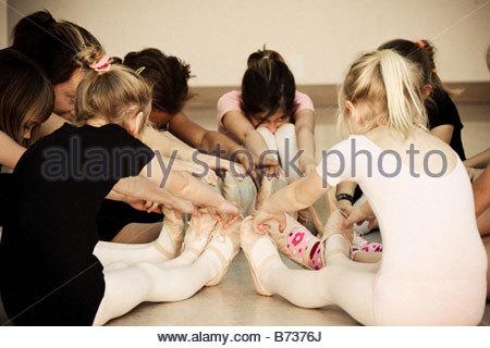 Ballerinas, stretching und berühren Zehen in Ballett-Klasse - Stockfoto
