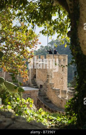 Mallorca Capdepera Schloss mit Touristen - Stockfoto