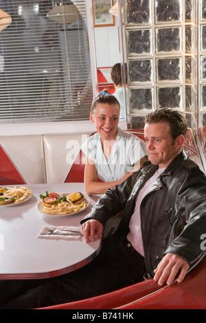 Junges Paar auf ein Datum im altmodischen 50er Jahre Stil Diner reden und relaxen - Stockfoto