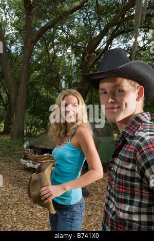 Junges Paar in Cowboy-Hüte hängen von Oldtimer-LKW - Stockfoto