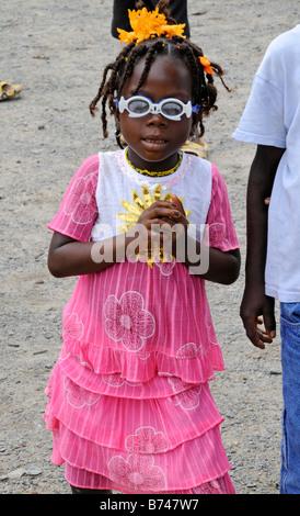 Liberianische Mädchen im rosa Kleid und Spielzeug aus Kunststoff Sonnenbrillen am Unabhängigkeitstag - Stockfoto