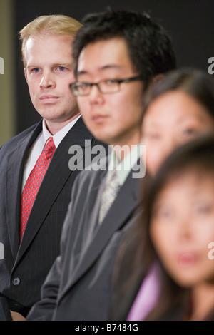 Kaukasische Geschäftsmann mit Gruppe asiatischer Führungskräfte - Stockfoto