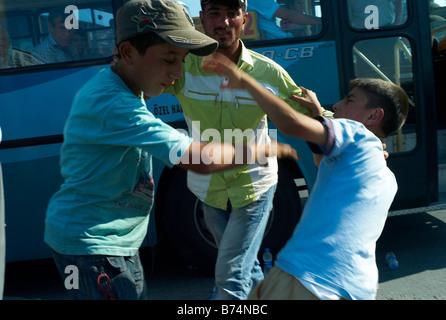 2. Juli 2008 kämpfen zwei junge Wasser Verkäufer am Busbahnhof in Istanbul Türkei - Stockfoto