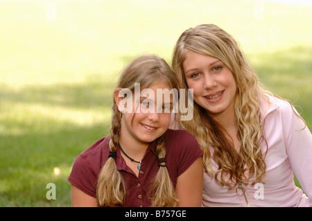 Porträt der jungen Mädchen auf dem Rasen, Regina, Saskatchewan - Stockfoto