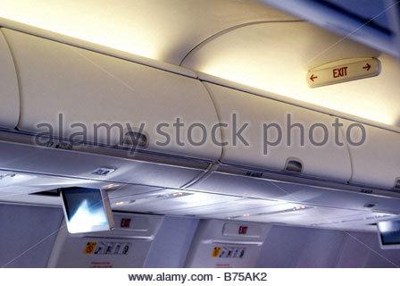 Notausgangsschild an Bord eines Flugzeugs - Gepäckfach - Stockfoto