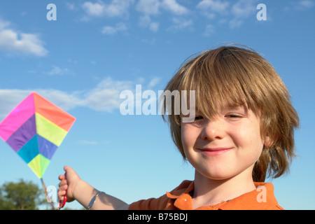 Sechs Jahre alter Junge mit Drachen, Winnipeg, Kanada - Stockfoto